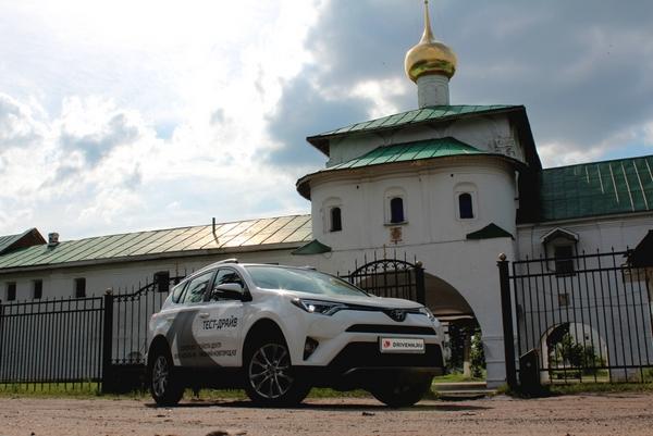 Тойота РАВ 4 на фоне церкви