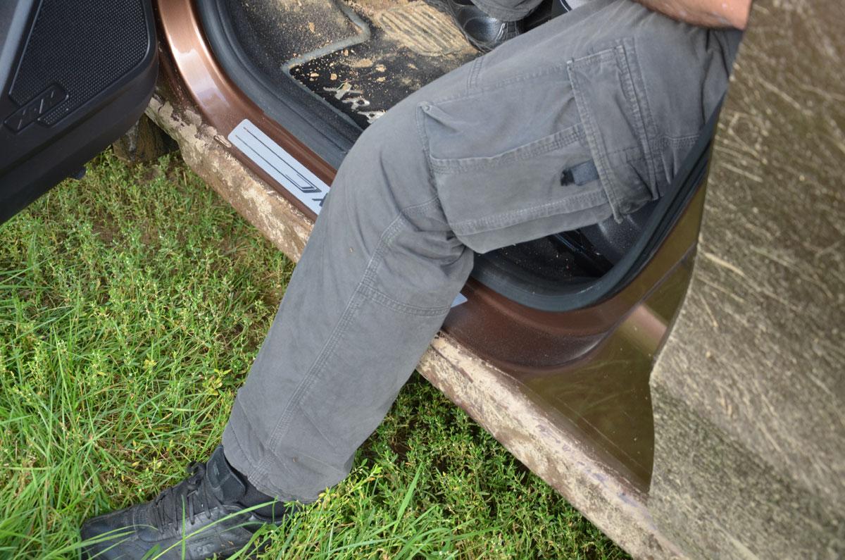 Как не пачкать штаны о пороги при выходе из авто фото